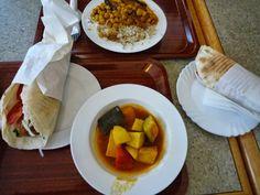 Frau Schulz war mit Arbeitskollegen beim Libanesen und probierte sich durch die Karte mit Falaffel-Sandwich, Falaffel-Sandwich + Gemüse und Kichererbsen-Auberginen-Gemüse mit Reis.