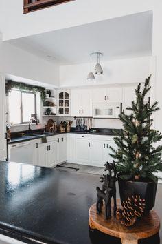Christmas Dining Table, Christmas Room, Christmas Table Decorations, Christmas Kitchen, Bar Decorations, Christmas Christmas, Christmas Wreaths, Minimalist Christmas, Minimalist Decor
