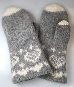 Ravelry: Fru Kvists varme votter pattern by Nina Granlund Sæther Knitted Mittens Pattern, Knitted Gloves, Baby Knitting Patterns, Knitting Socks, Hand Knitting, Fingerless Mittens, Fair Isle Knitting, Crochet Designs, Wraps