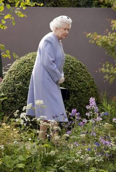 Queen Elizabeth II at the RHS Chelsea Flower Show. 2013 marks the Anniversary of The Chelsea Flower show held annually in the grounds of The Royal Hospital in Chelsea, London Queen Mary, Queen Elizabeth Ii, Royal Family Pictures, Queen Outfit, Isabel Ii, Her Majesty The Queen, English Royalty, Elisabeth, Queen Of England