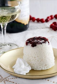 Festive holiday cakes made with dried cranberries, white cake mix, Egg Beaters, Reddi-wip and drizzled with champagne Quick Easy Desserts, Quick Easy Meals, Mug Recipes, Cake Recipes, Easy Mug Cake, White Cake Mixes, Small Cake, Holiday Cakes, Cake Tins