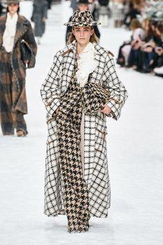 Chanel Fall Winter fashion show at Paris Fashion Week (March Ready-To-Wear collection PFW Chanel Fashion Show, Pop Fashion, Runway Fashion, High Fashion, Winter Fashion, Fashion Outfits, Fashion Design, Fashion Trends, Bridal Fashion