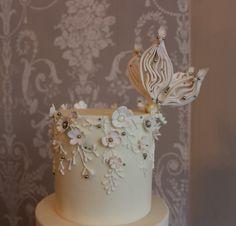 Jewel & hand pipped lace wedding cake / Gâteau de mariage bijoux précieux et dentelle Homemade Cakes, Desserts, Food, Decor, Delicate Jewelry, Lace, Tailgate Desserts, Deserts, Decoration