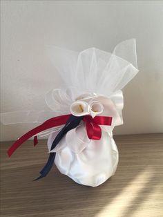 Saccotto in raso con confetti #immaginecoordinatanozze #bomboniera #matrimonio #nozze #eleganza #calla #callalily #tulle