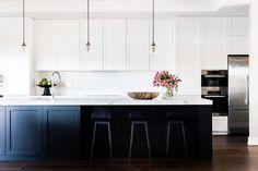 70 Gorgeous White Kitchen Cabinets Decor Ideas – White N Black Kitchen Cabinets White Shaker Kitchen, Shaker Style Kitchens, Black Kitchens, Home Kitchens, Kitchen Black, Open Kitchen, Kitchen Small, Cheap Kitchen, Kitchen Stuff