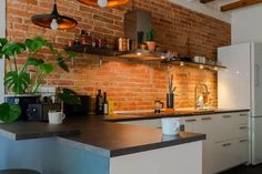 Barcelona home tour: New-York style open kitchen with exposed brick Brick Wall Decor, Barcelona Apartment, Glass Room Divider, New York Style, Exposed Brick, Apartment Kitchen, Open Kitchen, House Tours, Kitchens