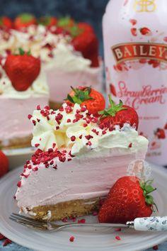 Baileys Strawberries & Cream Cheesecake - Jane's Patisserie recipes classic recipes easy recipes easy homemade recipes easy philadelphia recipes new york recipes no bake Baileys Torte, Baileys Cheesecake, Cheesecake Recipes, Dessert Recipes, Homemade Cheesecake, Classic Cheesecake, Strawberries And Cream Recipe, Licor Baileys, Just Desserts