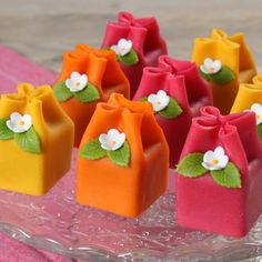 Make these beautiful mini marzipan cakes! The cakes are made of cupcake mix and delicious marzipan. Fancy Cakes, Cute Cakes, Mini Cakes, Mini Desserts, Delicious Desserts, Dessert Recipes, Marzipan Cake, Petit Cake, Cupcakes Decorados