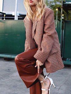 Ways to Style an Oversized Blazer – From Luxe With Love Ways to Style an Oversized Blazer Oversized Blazer / street style fashion / fashion week 1980s Fashion Trends, Fashion 2017, Look Fashion, Teen Fashion, Winter Fashion, Fashion Outfits, Fashion Tips, Fashion Design, Blazer Fashion