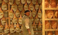 **Gens d'ici** Pierre Oteiza nous fait l'honneur d'ouvrir sa cave à jambons.  Vous en êtes?  www.passion-cote-basque.com