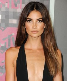 Lily Aldridge had one of the best beauty looks at the VMAs. See all the most memorable hair and makeup moments on wmag.com. #lilyalridge #natural #sunkissed #bronze