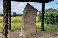 Autant que 725 runes - être d'un alphabet runique suédois-norvégien de 16 caractères - portent lisible texte (parfois difficiles à interpréter) contenant des versets de caractère épique, des allusions à des mythes héroïques, des chansons de héros, des légendes et des formules secrètes, sans doute une malédiction.  Photo: visitostergotland.se/