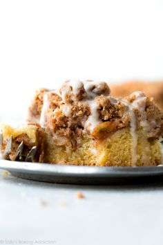 Deliciously easy and festive apple crumb cake with an extra thick layer of crumb topping. A classic breakfast that everyone loves! Köstliche Desserts, Dessert Recipes, Brunch Recipes, Breakfast Recipes, Apple Recipes, Baking Recipes, Apple Crumb Cakes, Sallys Baking Addiction, Fall Baking