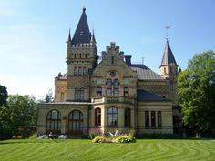Sweden. Merlo slott eller Villa Merlo som det även kallas uppfördes 1883-85 i Timrå av Fredrik Bünsow, en av Sveriges sågverkspatroner. Arkitekter var Isak Gustaf Clason och Fritz Eckert. Merlo slott byggdes för att tjäna som sommarbostad åt Fredrik Bünsow, och gjorde det också fram till hans död 1897.