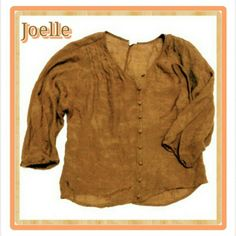 JOELLE SZ S TUNIC TYPE TOP JOELLE SIZE SMALL COVERED BUTTONS DOWN FRONT OPENING THREE QUARTER SLEEVES. There is no fabric tag but typically most of Joelle shirts have some silk content. It's a very comfortable and light shirt. If you're familiar with the brand, pls correct me if I'm wrong. TY. JOELLE Tops Tunics
