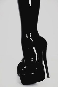 i have a fetish for shoes that create these kinds of curves in the foot