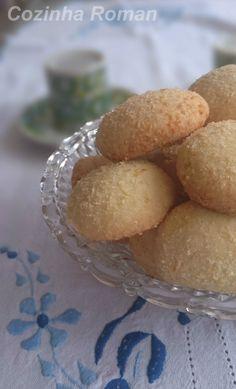 Amo biscoitos! Cookies, bolachas, recheados, de todos os jeitos! Esse é um amanteigado bem clássico com um toque de coco. A receita veio também do site de açúcar, o mesmo dos pretzels. E novamente …