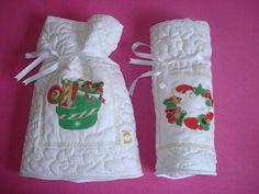 Lindo kit de Natal com porta-panetone e porta-garrafa de vinho. Confeccionados em tecidos 100% algodao, enchimento em manta acríllica. Quiltado e com aplicaçao em patchcolagem e caseado em dourado. Dê um toque especial à sua mesa de natal com este conjunto. Sua famíllia e amigos adorarão. Podem ser adquiridos separadamente: Ref, 069.2 - Porta-panetone - R$ 40,00 Ref. 068.2 - Porta-vinho - R$ 40,00 Preço especial no kit. R$ 100,00