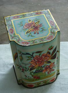 Vintage Daher Tropical Flower Hinged Lid Metal Tin by Castawayland, $8.50