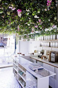 Paris / Un petit café très fleuri / Lily of the Valley / rue Dupetit-Thouars M république