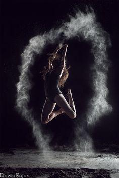 Zapewne nie raz zachwycałeś się zdjęciami pięknych póz tancerki wyłaniającej się z mroku, której każdy ruch był zaznaczony rozproszoną mąką. Budzą one niesamowitą ciekawość zarówno wśród fotografów-amatorów, jak i profesjonalistów. Efekt zamrożonego tańca, pozornie trudny do osiągnięcia, czasem może zaskakiwać swoją prostotą – aczkolwiek jest kilka elementów, o których warto pamiętać. To właśnie opisze dla Ciebie w tym krótkim artykule.