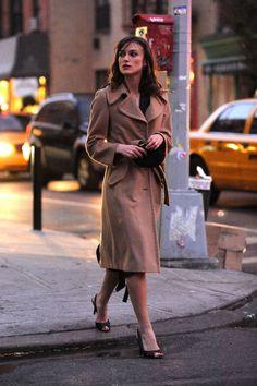【ELLE】写真1|キーラ・ナイトレイ|歴代ファッションアイコンのトレンチコートスタイル【BEST40】|エル・オンライン