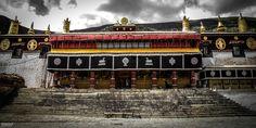 Le monastère Drepung. Il est le plus grand de tous les monastère tibétain. Lui, avec Ganden et Sera sont les trois grandes universités monastiques Gelugpa du Tibet.