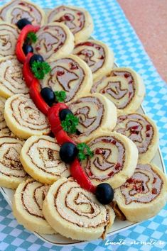 Finger Food Appetizers, Finger Foods, Appetizer Recipes, Amazing Food Decoration, Romanian Food, Romanian Recipes, Food Platters, Easy Snacks, Food Plating