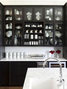 I am always a fan of not going white with kitchen cabinets. I keep pinning more and more kitchens that still seem bright yet have black cabinets. Black cabinets just seem to make these kitchens so much more chic. Easy Kitchen Updates, Updated Kitchen, New Kitchen, Kitchen Interior, Kitchen Ideas, Design Kitchen, Awesome Kitchen, Kitchen Decor, Kitchen Pantry