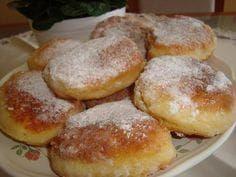 Rychlá snídaně – tvarohové placičky 200g polohrubé mouky 1prášek do pečiva 4 vejce 1 vanička tvarohu (250g) špetka soli olej na smažení moučkový cukr na obalení 1. Postup: Všechny přísady smícháme dohromady. Z těsta tvarujeme pomocí lžíce placičky přímo na pánvi s olejem, po usmažení obalujeme v moučkovém cukru Sweet Dishes Recipes, Sweet Desserts, Cake Recipes, Slovak Recipes, Czech Recipes, Czech Desserts, Tasty, Yummy Food, Sweets Cake