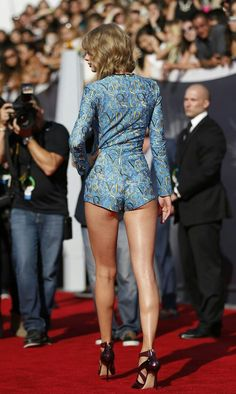 VMAs Taylor Swift shocks in her cheekiest outfit ever! Taylor Swift has dethroned twerking queen Miley Cyrus as the most sensational and scantily clad star of MTV's Video Music Awards! Taylor Swift Legs, Estilo Taylor Swift, Taylor Swift Style, Taylor Swift Pictures, Taylor Alison Swift, Hottest Female Celebrities, Beautiful Celebrities, Celebs, Beautiful Legs