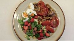 Gebakken tomaat met fruitsalade. Tomaat, champignons, andijvie, ei, aardbeien, selderie, basilicum, bieslook, beetje kip.