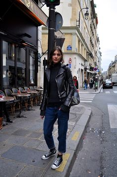 Chic street style in Paris. Hipster Grunge, Grunge Goth, Converse Style, Outfits With Converse, White Converse, Street Style Vintage, Street Style Women, Over The Top, Rockabilly