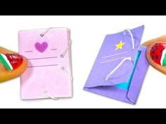 Enjoy creating a miniature DIY folder with rubbers. There is a white and black mold with the shape of the folder in the link below too, just in case you don´. Miniature Crafts, Miniature Dolls, Diy For Kids, Gifts For Kids, Cute Suitcases, Diy Doll Miniatures, Diy School Supplies, Diy Dollhouse, Mini Books
