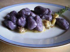 Gnocchi di patate Vitelotte con salsa di gorgonzola e Puzzone di Moena al radicchio di Treviso