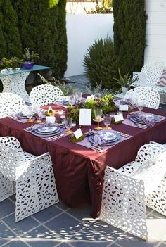 Entertaining: Patio Party, with recipes - Traditional Home Table Violet, Rosemary Recipes, Raindrops And Roses, Outdoor Dinner Parties, Brunch Table, White Dining Chairs, Event Decor, Event Ideas, Party Ideas