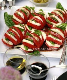 SALADA DE TOMATES RECHEADOS – Corte os tomates em fatias, sem separá-las. Preencha com  fatias grossas, em meia lua, de queijo de búfala. Enfeite com folhas de manjericão. Faça o molho: numa vasilha, misture muito bem o vinagre (que também pode ser de vinho tinto), azeite, açúcar, e sal e pimenta moída na hora. Tempere os tomates e sirva em seguida.
