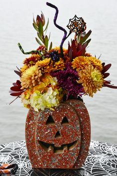 Sequin jack-o'-lantern flower arrangement Halloween | ©homeiswheretheboatis.net #halloween #tablescape