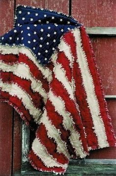 love this rag flag. Patriotic Crafts, July Crafts, Patriotic Decorations, Patriotic Flags, Patriotic Quilts, Patriotic Bedroom, Americana Crafts, Summer Crafts, Baby Rag Quilts