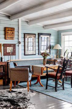 50-TALLET: Ine Harrang har innredet huset utelukkende med brukte møbler. Hun er veldig glad i 50-tallssofaen fra Stryn som hun kjøpte i en bruktbutikk. Bordet ble kjøpt samtidig, mens stolen er kjøpt på loppemarked.