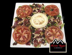 Ensalada de queso de cabra, tomate, jamón ibérico #MonteRegio y frutos secos #menúdeSábado