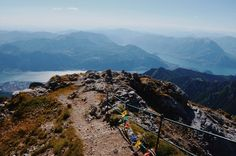 Fotografie di Chiara Arrigoni dal rifugio Brioschi (2410 m), sulla vetta della Grigna Settentrionale, nelle Prealpi Lombarde. #grigna #lecco #nature #mountain #green #landscape #panorama #paesaggio