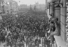 Crowds at O'Connell Street (Sackville Street) watch the funeral cortege of Michael Collins pass on its way to Glasnevin Cemetery, August 28 1922 Ireland 1916, Dublin Ireland, Old Pictures, Old Photos, Ireland Pictures, Irish Independence, Easter Rising, Michael Collins, Ireland Homes