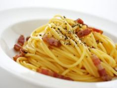 Check out a listing of the best restaurants in Rome. A guide to new openings and old classics. Form traditional dishes to new and experimental ones. Pasta A La Carbonara, Salsa Carbonara, Fish And Chicken, Weird Food, Everyday Food, Food Dishes, Italian Recipes, Great Recipes, Salads