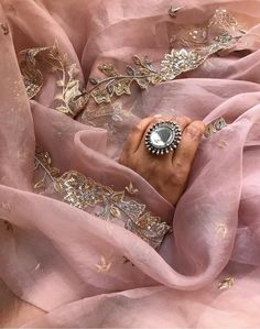 Shaadi season is upon me and it's typically never upon me. Ima just take complete advantage of it. This stunner of an organza sari from… Embroidery Suits Punjabi, Embroidery Suits Design, Embroidery Dress, Saree Blouse Patterns, Sari Blouse Designs, Kurta Designs, Indian Designer Outfits, Indian Outfits, Indian Dresses