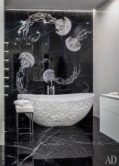 Хозяйский санузел. Ванна из целого куска испанского мрамора Clouds. Панно с медузами на черном мраморе с белыми прожилками Nero Marquina. Напольный смеситель, Fantini, с ручками из органического стекла.