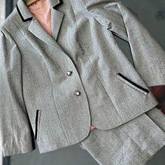 """Traje de pollera y saco, pura lana, con detalles de terciopelo en cuello y bolsillos. Lo podes encontrar en """"Abrete Closet"""" Feria Americana."""
