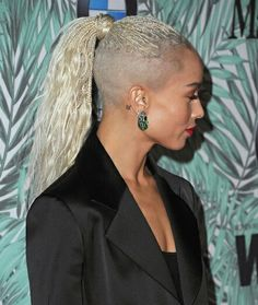 Zoe Kravitz brown black queens girl with blonde hair One Side Shaved Hairstyles, Braids With Shaved Sides, Undercut Hairstyles, Black Girls Hairstyles, Braided Hairstyles, Undercut Pixie, Blonde Braids, Blonde Hair Girl, Short Hair Cuts