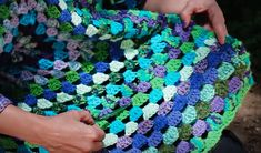 Materiales:   Variedad de hilados: 500 g   Aguja de crochet número 5       Para este abrigo tejemos dos hexágonos idénticos, q...