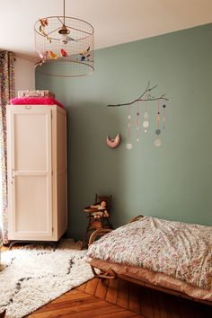Nayla Voillemot et Romain, Ysée Romy 3 ans - The Sociali. - Nayla Voillemot et Romain, Ysée Romy 3 ans – The Socialite Family The Socialite Family Baby Bedroom, Kids Bedroom, Green Bedroom Walls, Diy Zimmer, Family Wall, Family Family, Kids Room Design, Little Girl Rooms, Kid Spaces